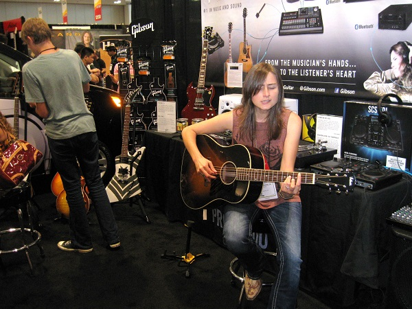 Nashville songwriter Erin Enderlin (Alan Jackson, Luke Bryan) checks out a Gibson 1934 Original Jumbo.